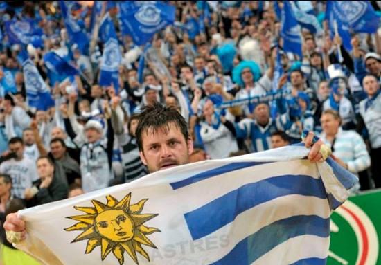 Rodrigo Capó festejando el título de Castres con la bandera uruguaya. Facebook Rodrigo Capó