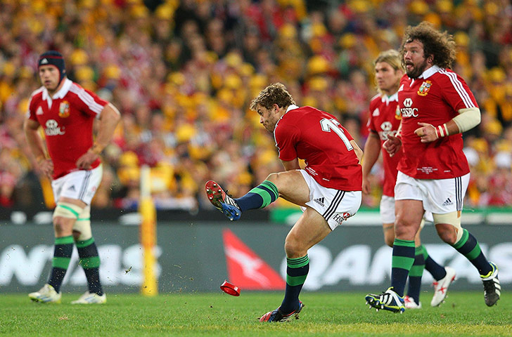 Leigh Halfpenny scores a penalty